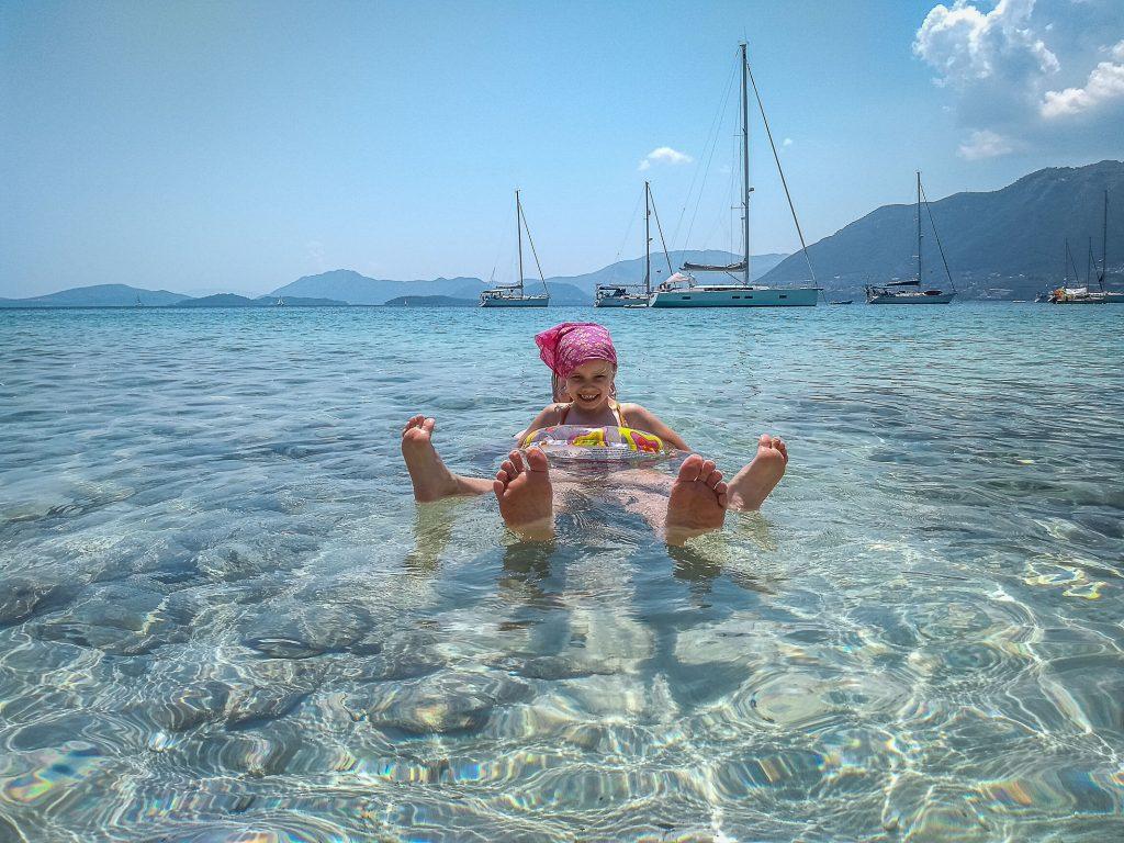 Jachtem wokoło Grecji - zdjęcie bawiącej się dziewczynki - profesjonalny czarter i wynajem